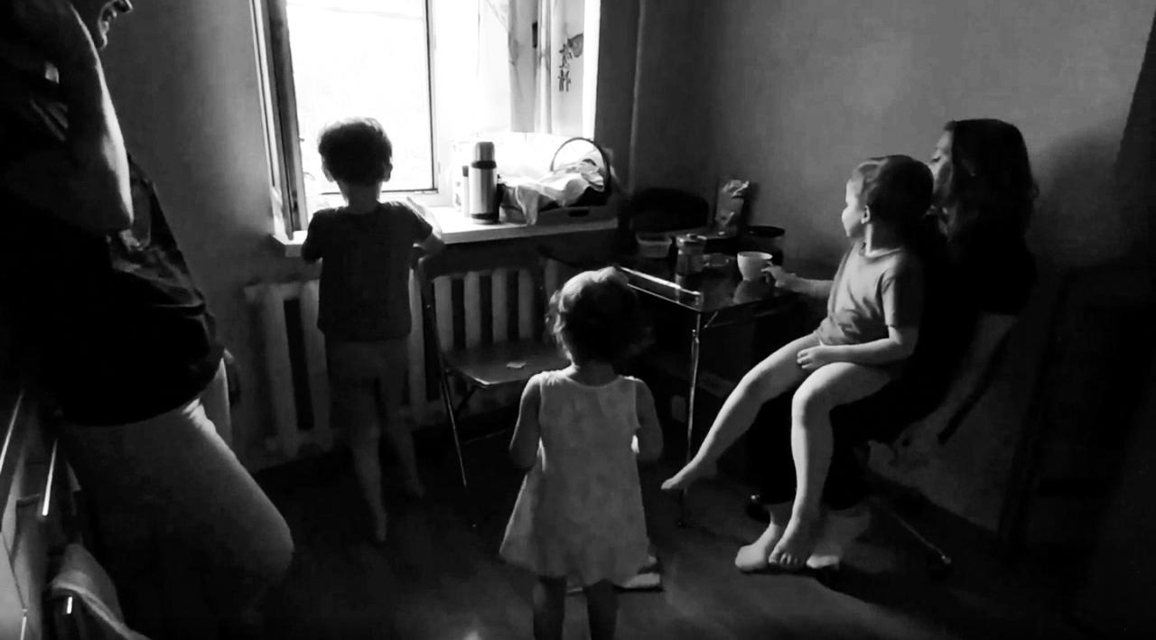 Семья дома
