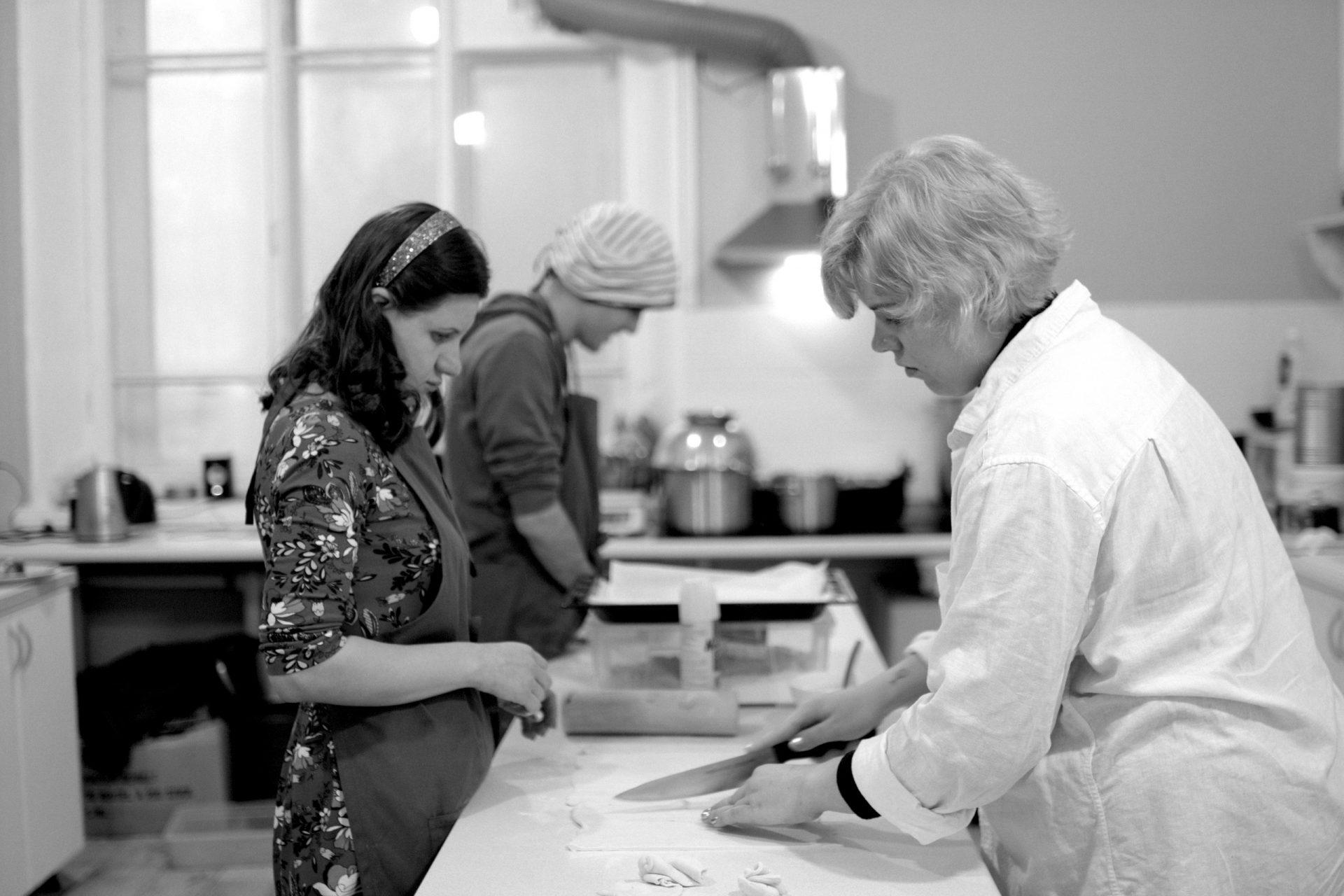 Аня и Валя на кухне