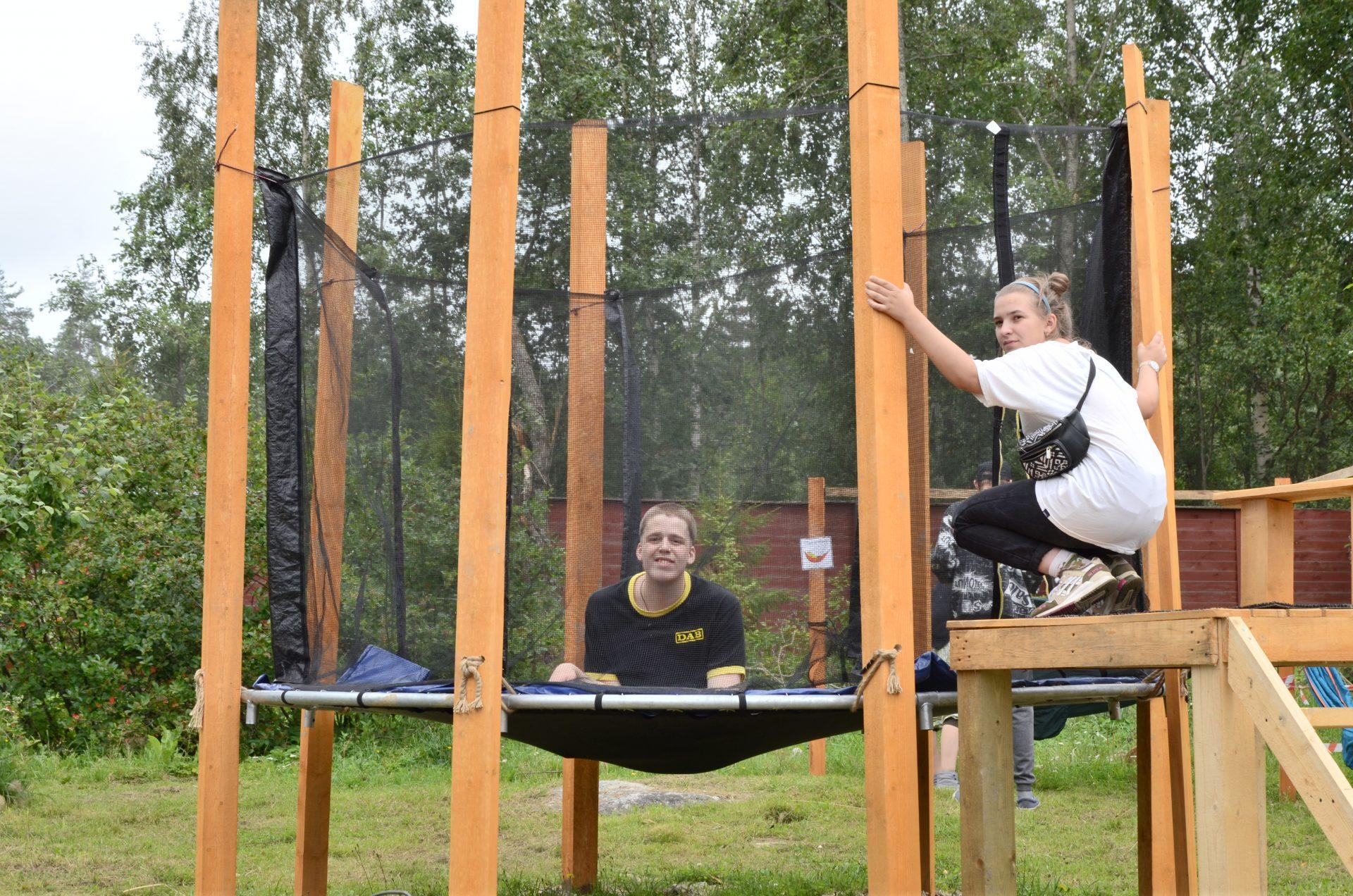 Илья и Полина на батуте